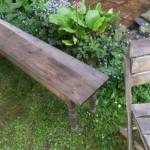 Sitzbank im Garten.