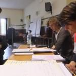 SCHINDERHANNES Jascha Schütz mit JULCHEN Petra Theisen am Tisch mit REGISSEUR Frank Gutjahr